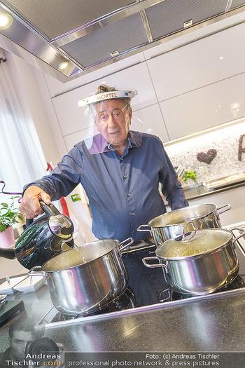 Richard Lugner als Erntehelfer - Aderklaa Marchfeld und Wien - Fr 01.05.2020 - Richard LUGNER kocht in seiner Küche am Herd Spargel49