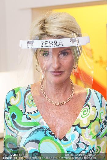 Richard Lugner als Erntehelfer - Aderklaa Marchfeld und Wien - Fr 01.05.2020 - Zebra Karin KARRER mit Zebra Schutzmaske (Portrait)50