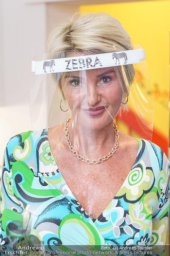 Richard Lugner als Erntehelfer - Aderklaa Marchfeld und Wien - Fr 01.05.2020 - Zebra Karin KARRER mit Zebra Schutzmaske (Portrait)51