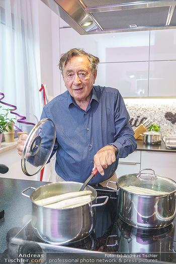 Richard Lugner als Erntehelfer - Aderklaa Marchfeld und Wien - Fr 01.05.2020 - Richard LUGNER kocht in seiner Küche am Herd Spargel52