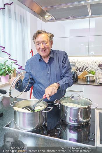 Richard Lugner als Erntehelfer - Aderklaa Marchfeld und Wien - Fr 01.05.2020 - Richard LUGNER kocht in seiner Küche am Herd Spargel55
