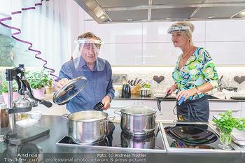 Richard Lugner als Erntehelfer - Aderklaa Marchfeld und Wien - Fr 01.05.2020 - Richard LUGNER kocht in seiner Küche am Herd Spargel für Zebra57