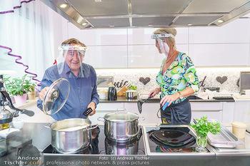 Richard Lugner als Erntehelfer - Aderklaa Marchfeld und Wien - Fr 01.05.2020 - Richard LUGNER kocht in seiner Küche am Herd Spargel für Zebra58