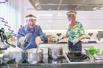 Richard Lugner als Erntehelfer - Aderklaa Marchfeld und Wien - Fr 01.05.2020 - Richard LUGNER kocht in seiner Küche am Herd Spargel für Zebra59