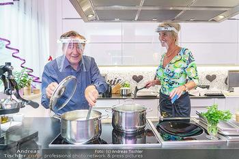 Richard Lugner als Erntehelfer - Aderklaa Marchfeld und Wien - Fr 01.05.2020 - Richard LUGNER kocht in seiner Küche am Herd Spargel für Zebra60