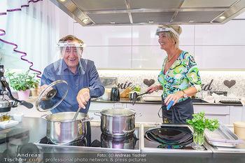Richard Lugner als Erntehelfer - Aderklaa Marchfeld und Wien - Fr 01.05.2020 - Richard LUGNER kocht in seiner Küche am Herd Spargel für Zebra61