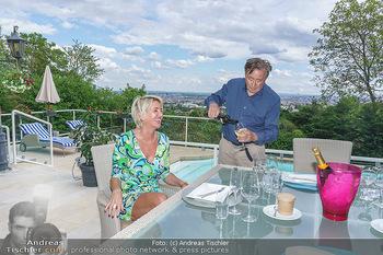 Richard Lugner als Erntehelfer - Aderklaa Marchfeld und Wien - Fr 01.05.2020 - Zebra Karin KARRER, Richard LUGNER beim Essen mit Fernblick übe64