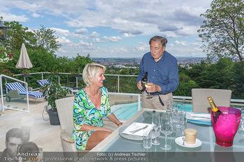 Richard Lugner als Erntehelfer - Aderklaa Marchfeld und Wien - Fr 01.05.2020 - Zebra Karin KARRER, Richard LUGNER beim Essen mit Fernblick übe65