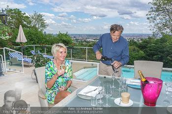 Richard Lugner als Erntehelfer - Aderklaa Marchfeld und Wien - Fr 01.05.2020 - Zebra Karin KARRER, Richard LUGNER beim Essen mit Fernblick übe66