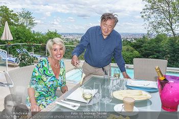 Richard Lugner als Erntehelfer - Aderklaa Marchfeld und Wien - Fr 01.05.2020 - Zebra Karin KARRER, Richard LUGNER beim Essen mit Fernblick übe68