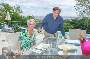 Richard Lugner als Erntehelfer - Aderklaa Marchfeld und Wien - Fr 01.05.2020 - Zebra Karin KARRER, Richard LUGNER beim Essen mit Fernblick übe69