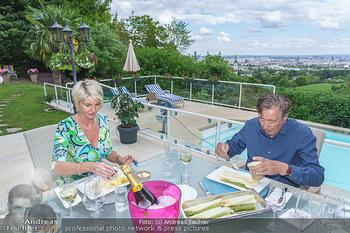 Richard Lugner als Erntehelfer - Aderklaa Marchfeld und Wien - Fr 01.05.2020 - Zebra Karin KARRER, Richard LUGNER beim Essen mit Fernblick übe71