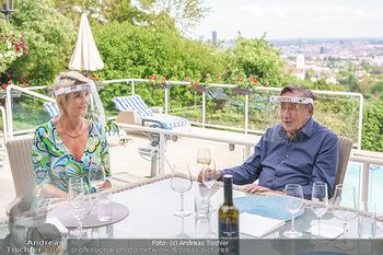 Richard Lugner als Erntehelfer - Aderklaa Marchfeld und Wien - Fr 01.05.2020 - Zebra Karin KARRER, Richard LUGNER beim Essen mit Fernblick übe74