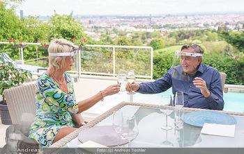 Richard Lugner als Erntehelfer - Aderklaa Marchfeld und Wien - Fr 01.05.2020 - Zebra Karin KARRER, Richard LUGNER beim Essen mit Fernblick übe75