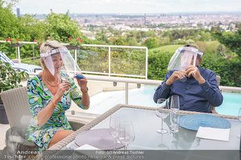 Richard Lugner als Erntehelfer - Aderklaa Marchfeld und Wien - Fr 01.05.2020 - Zebra Karin KARRER, Richard LUGNER beim Essen mit Fernblick übe76