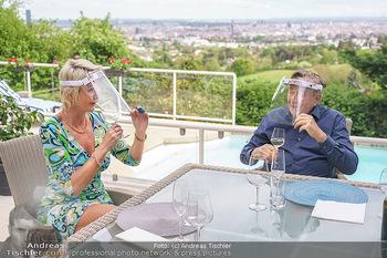 Richard Lugner als Erntehelfer - Aderklaa Marchfeld und Wien - Fr 01.05.2020 - Zebra Karin KARRER, Richard LUGNER beim Essen mit Fernblick übe77