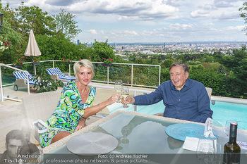 Richard Lugner als Erntehelfer - Aderklaa Marchfeld und Wien - Fr 01.05.2020 - Zebra Karin KARRER, Richard LUGNER beim Essen mit Fernblick übe78