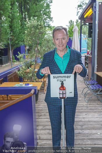 Ossi Schellmann - Summerstage - Sa 16.05.2020 - Ossi SCHELLMANN begrüßt die ersten Gäste mit Desinfektionsmit2