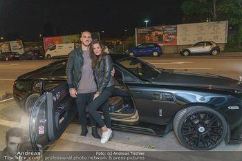 Marko Arnautovic Dreharbeiten - Wien - Mi 27.05.2020 - Marko ARNAUTOVIC vor seinem eigenen Bentley Mansory mit Sabrina 7