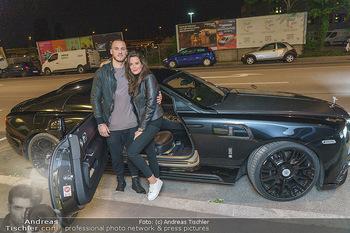 Marko Arnautovic Dreharbeiten - Wien - Mi 27.05.2020 - Marko ARNAUTOVIC vor seinem eigenen Bentley Mansory mit Sabrina 8