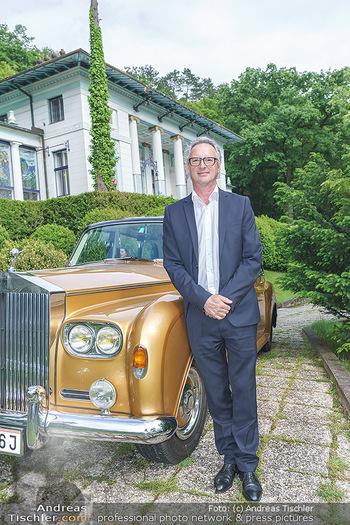 Dinner Empfang im kleinen Rahmen - Fuchs Villa, Wien - Fr 29.05.2020 - Tillmann FUCHS mit Rolls Royce vor der FuchsVilla16