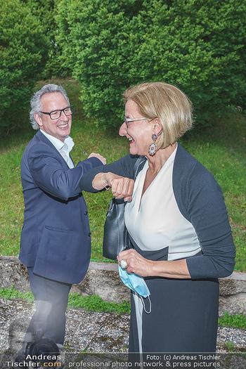 Dinner Empfang im kleinen Rahmen - Fuchs Villa, Wien - Fr 29.05.2020 - Johanna MIKL-LEITNER begrüßt Tillmann FUCHS Corona-konform22