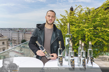 Arnautovic Gin Präsentation - Hotel Grad Ferdinand - Do 04.06.2020 - Marko ARNAUTOVIC mit ´Arnautovic Gin´ Flaschen1