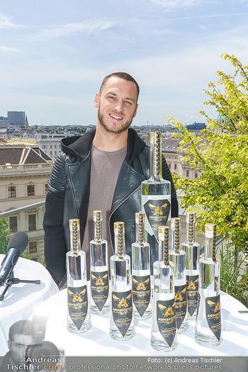 Arnautovic Gin Präsentation - Hotel Grad Ferdinand - Do 04.06.2020 - Marko ARNAUTOVIC mit ´Arnautovic Gin´ Flaschen3