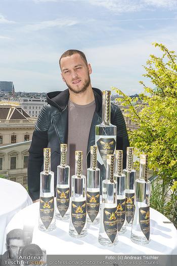 Arnautovic Gin Präsentation - Hotel Grad Ferdinand - Do 04.06.2020 - Marko ARNAUTOVIC mit ´Arnautovic Gin´ Flaschen4