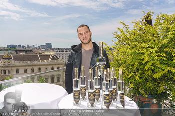 Arnautovic Gin Präsentation - Hotel Grad Ferdinand - Do 04.06.2020 - Marko ARNAUTOVIC mit ´Arnautovic Gin´ Flaschen5