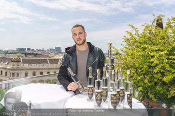 Arnautovic Gin Präsentation - Hotel Grad Ferdinand - Do 04.06.2020 - Marko ARNAUTOVIC mit ´Arnautovic Gin´ Flaschen6
