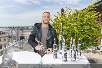 Arnautovic Gin Präsentation - Hotel Grad Ferdinand - Do 04.06.2020 - Marko ARNAUTOVIC mit ´Arnautovic Gin´ Flaschen7