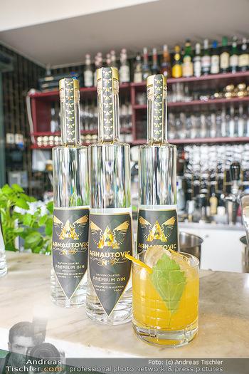 Arnautovic Gin Präsentation - Hotel Grad Ferdinand - Do 04.06.2020 - der neue ´Arnautovic Gin´, Flasche am Tisch, Tresen, Bar17