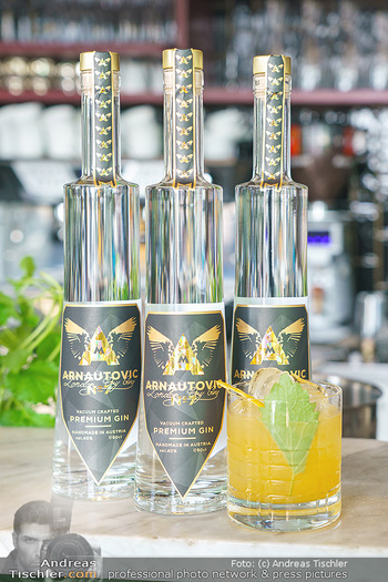 Arnautovic Gin Präsentation - Hotel Grad Ferdinand - Do 04.06.2020 - der neue ´Arnautovic Gin´, Flasche am Tisch, Tresen, Bar18