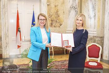 Großes Ehrenzeichen für Sonja Sarközi - BM für Digitalisierung und Wirtschaftsstandort - Mo 08.06.2020 - Margarete SCHRAMBÖCK, Sonja SARKÖZI1