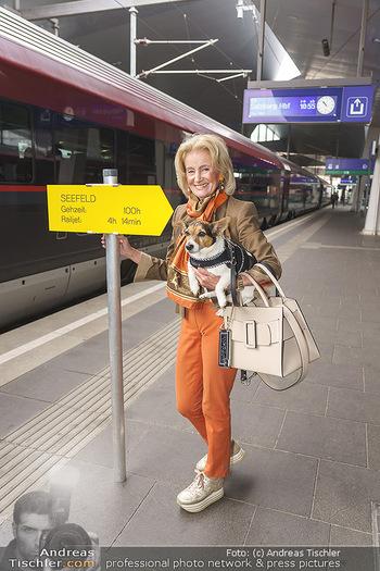 Künstler Abreise nach Seefeld - Hauptbahnhof, Wien - Do 11.06.2020 - Elisabeth GÜRTLER mit Hund Ella5