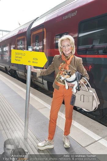 Künstler Abreise nach Seefeld - Hauptbahnhof, Wien - Do 11.06.2020 - Elisabeth GÜRTLER mit Hund Ella6