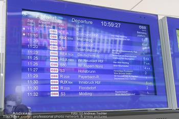 Künstler Abreise nach Seefeld - Hauptbahnhof, Wien - Do 11.06.2020 - Anzeigetafel mit Zug Nr. RJX56410