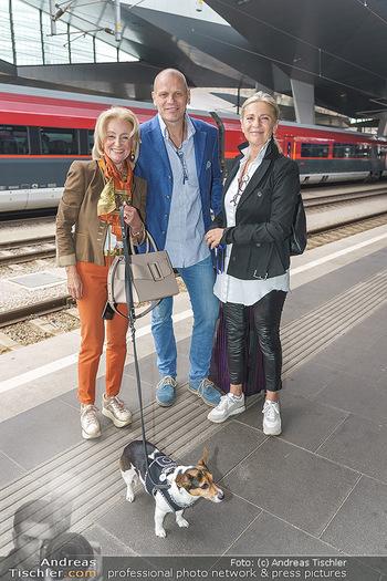 Künstler Abreise nach Seefeld - Hauptbahnhof, Wien - Do 11.06.2020 - Bo SKOVHUS mit Ehefrau Ingrid, Elisabeth GÜRTLER mit Hund Ella11
