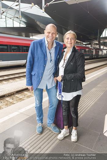 Künstler Abreise nach Seefeld - Hauptbahnhof, Wien - Do 11.06.2020 - Bo SKOVHUS mit Ehefrau Ingrid12