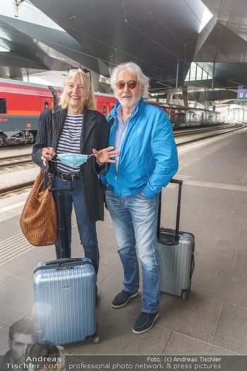 Künstler Abreise nach Seefeld - Hauptbahnhof, Wien - Do 11.06.2020 - Xaver SCHWARZENBERGER, Birgit HUTTER15