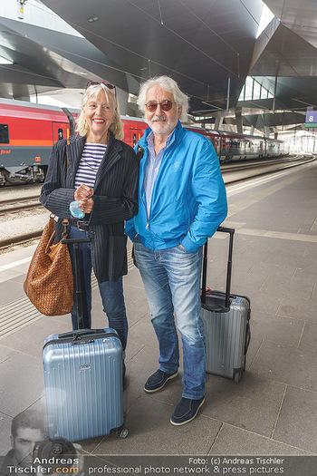 Künstler Abreise nach Seefeld - Hauptbahnhof, Wien - Do 11.06.2020 - Xaver SCHWARZENBERGER, Birgit HUTTER16