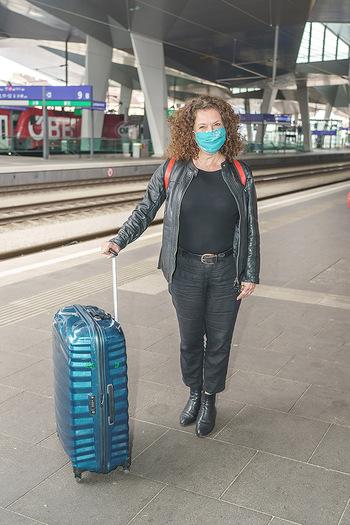 Künstler Abreise nach Seefeld - Hauptbahnhof, Wien - Do 11.06.2020 - Angelika KIRCHSCHLAGER mit Corona MNS Maske17