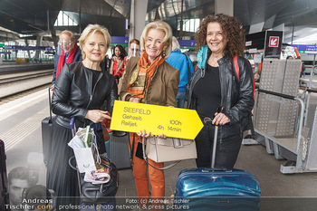 Künstler Abreise nach Seefeld - Hauptbahnhof, Wien - Do 11.06.2020 - Ildiko RAIMONDI, Elisabeth GÜRTLER mit Hund Ella, Angelika KIRC22