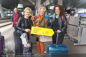Künstler Abreise nach Seefeld - Hauptbahnhof, Wien - Do 11.06.2020 - Ildiko RAIMONDI, Elisabeth GÜRTLER mit Hund Ella, Angelika KIRC23