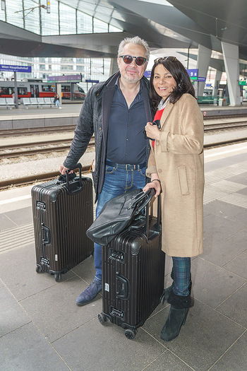 Künstler Abreise nach Seefeld - Hauptbahnhof, Wien - Do 11.06.2020 - Herbert FÖTTINGER, Sandra CERVIK24