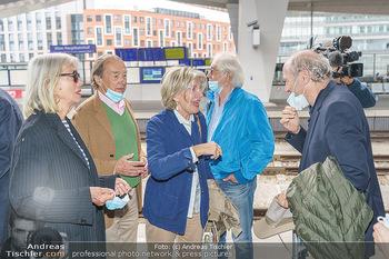 Künstler Abreise nach Seefeld - Hauptbahnhof, Wien - Do 11.06.2020 - Birgit HUTTER, Lothar WESEMANN, Xenia HAUSER, Xaver SCHWARZENBER29