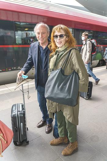 Künstler Abreise nach Seefeld - Hauptbahnhof, Wien - Do 11.06.2020 - Robert DORNHELM mit Ehefrau Lynn30