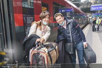 Künstler Abreise nach Seefeld - Hauptbahnhof, Wien - Do 11.06.2020 - Julia RACHLIN, Sarah MCELRAVY40