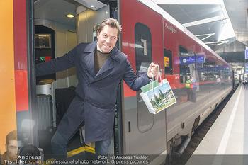 Künstler Abreise nach Seefeld - Hauptbahnhof, Wien - Do 11.06.2020 - Daniel SERAFIN45
